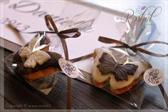 Segnaposto in pasta di zucchero.  http://roshel-weddings-and-co.blogspot.it/2015/01/linea-double-butterfy-total-white-o.html