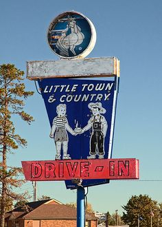 Little Town & Country Sign in Bedford, Kentucky, USA. Old neon sign Advertising Signs, Vintage Advertisements, Viaje A Texas, Retro Signage, Vintage Diner, Vintage Neon Signs, My Old Kentucky Home, Hotels, Roadside Attractions