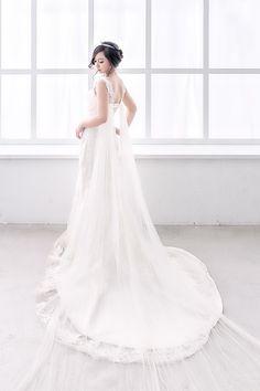 Cómo acertar con el perfume de novia. El día de tu boda es único. Lo primero en que pensamos es en el vestido. Suelen surgir muchas dudas acerca del tipo de tela que buscamos o el corte más apropiado para tu personalidad. Una de las cosas, también muy importante, que pasa desapercibida a veces es el perfume de novia.