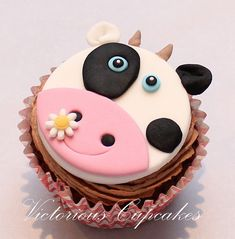 These cute farm themed cupcakes are perfect for kids, who love farm animals! Check out this collection of amazing cupcakes that were made by people from around the world. Cow Cupcakes, Yummy Cupcakes, Cupcake Cookies, Farm Animal Cupcakes, Cupcakes Decorados, Decoration Patisserie, Farm Cake, Fondant Cupcake Toppers, Small Cake