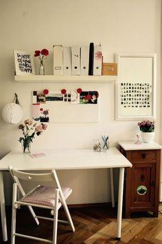 Gut An Diesem Arbeitsplatz Herrscht Ein Sommerliches Flair! Wunderbar Was  Blumen In Einem Zimmer Bewirken!