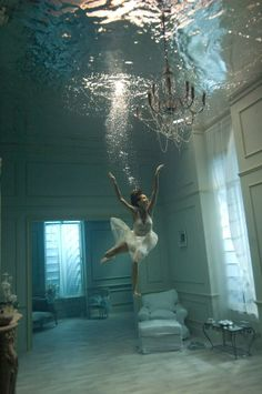 Parece Photoshop, pero es el Underwater Pinewood Studios, un estudio-estanque de 1,2 millones de litros donde la fotógrafa Phoebe Rudomino despliega toda su creatividad
