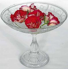 Dessertskål ca.100 år gammel, kjøpt på auksjon for kr 660. Pressglassfat kan brukes til så mangt, desserter, kaker, frukt, flytende blomster, eller bare legge vakre ting i – blått til lyst.