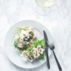 Slutter weekenden på bedst mulige måde - rejemad på nybagt franskbrød og kold hvidvin i glasset  #dinner #favorite #foodpics #louiogbearnaisen by louiogbearnaisen