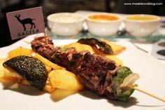 Latitud (Madrid). Si te encanta la carne y quieres probar algo exótico, en el restaurante Latitud, en la zona de Cuzco, tienen carne de los 5 continentes y de todos los orígenes: cebra, bisonte, gacela y mucho más. ¡Ah!, y también tiene platos para los no carnívoros además de una estupenda terraza.