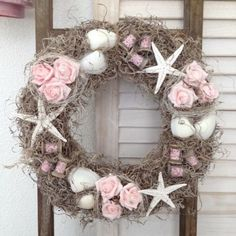 Foto af plade StijlvolDecoreren op We .nlŠneci v mechu / Zboží prodejce KYTKA DESIGN Nautical Wreath, Seashell Wreath, Seashell Crafts, Floral Wreath, Diy Wreath, Door Wreaths, Grapevine Wreath, Pool Noodle Crafts, Summer Wreath