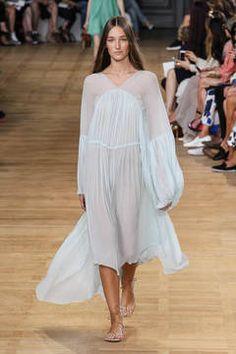 Chloé – Der Out-of-Bed-Look ist aus der Haarmode schon lange nicht mehr wegzudenken. Neu ist er in der High Fashion. Die Looks vom Laufsteg haben Nachthemden zu Vorbild und sind der neue Trend für die Frühjahrs- und Sommermode.