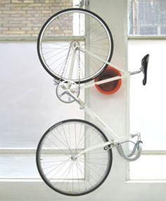 Guardando a bicicleta em um apê! Esse suporte segura a bicicleta da maneira mais adequada, pelo quadro e não pela roda.