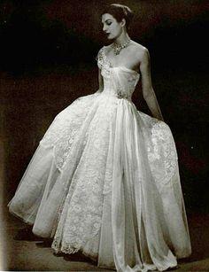 Mad Carpentier P/E Photo Georges Saad. Vintage Gowns, Vintage Bridal, Vintage Glamour, Vintage Beauty, Vintage Outfits, Vintage Couture, Vintage Vogue, 1950s Fashion Women, Retro Fashion