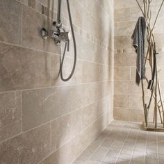 Pierre naturelle sol et mur ivoire, Travertin l.10 x L.10 cm, LEROY MERLIN, 29,96€/m², petits carreaux au sol et grands carreaux sur la face et le mur autour de la baignoire...