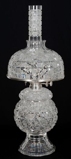 I really love this impressive lamp diy Victorian Lighting, Victorian Lamps, Vintage Lighting, Antique Oil Lamps, Vintage Lamps, Cut Glass, Glass Art, Hurricane Oil Lamps, Chandeliers