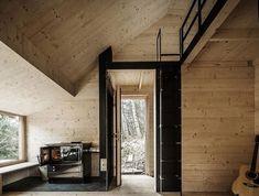 Los arquitectos del estudio Heike Schlauch han creado esta preciosa casa de madera, construida en un bosque austríaco, con elementos de madera prefabricada.