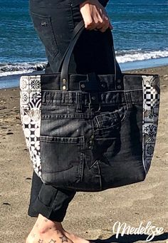 Whether the handbag is leather, denim, hobo, a beaded handbag is sewn with numerous kinds of beads to form a pattern. Jean Purses, Diy Bags Purses, Denim Purse, Denim Ideas, Denim Crafts, Old Jeans, Denim And Lace, Recycled Denim, Fabric Bags