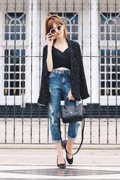 Um look básico mas bem charmosinho com blazer e jeans da Shoulder. Como a calça tem cintura alta usei com um top mais curtinho e sapatilhas.