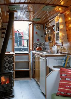 Imagine it! A cosy winters morning when you wake up and see the mist on the canal. Check out the narrowboat available to rent statically in a beautiful part of the UK, 9 miles away from Manchester.