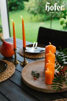 Auch bei der letzten Gartenparty im Jahr muss der Tisch dekoriert werden, sonst würde er ja sehr langweilig aussehen. Die Farben können zum Glück perfekt zur Jahreszeit angepasst werden. Candles, Garden Parties, Seasons Of The Year, Home Decor Accessories, Autumn, Colors, Candy, Candle Sticks, Candle