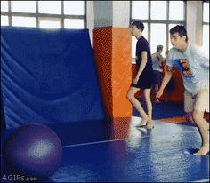 Pensou que ia cair?? kkk Yoga-ball-bounce-flip