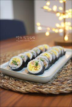 영양듬뿍 '명란달걀김밥' 만드는 법 오늘 소개할 김밥은 조금 고난이도 김밥 (김밥 초보 주부들께는 말다가... Sushi, Nom Nom, Table Decorations, Cooking, Ethnic Recipes, Food, Korean, Food Food, Kitchen
