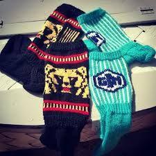 Kuvahaun tulos haulle karhu villasukat ohje Arne And Carlos, Woolen Socks, Fingerless Gloves, Arm Warmers, Christmas Sweaters, Knitting, Winter, Wool Socks, Fingerless Mitts