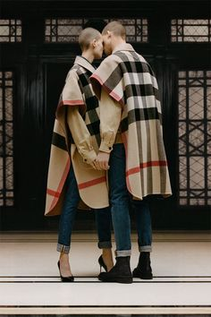 The complete Burberry Resort 2019 fashion show now on Vogue Runway.See every detail from the Burberry Prorsum Resort 2019 collection. Zapatillas Louis Vuitton, Tartan, Burberry Trenchcoat, Elisa Cavaletti, Look Fashion, Womens Fashion, Male Fashion, Paris Fashion, Look 2018