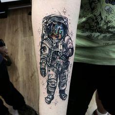 Tatuagem feita por Vinni Matos de Porto Alegre no Rio Grande do Sul.    Astronauta com reflexo de outro planeta no capacete.
