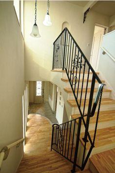 階段手摺はオリジナルデザインのロートアイアン。|ロートアイアン|自然素材|新築|創業以来、神奈川県(秦野・西湘・湘南・藤沢・平塚・茅ヶ崎・鎌倉・逗子地区)を中心に40年、注文住宅で2,000棟の信頼と実績を誇ります|