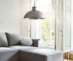 Die Hängelampe Abril ist ein kompaktes und funktionales Lichtobjekt für das moderne Zuhause. Gestaltet in akzentvoller Vintage Optik fügt sich die Pendelleuchte ideal in das individuelle Interieur ein.