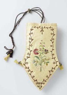 Reticule van gele zijde met een spitse punt, waarop in veelkleurige zijde bloemen zijn geborduurd, voorzien van vier donkerbruine koorden en een schuifring, anoniem, ca. 1795 - ca. 1805