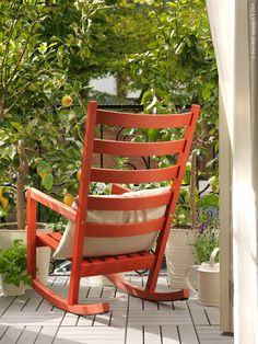 Stolstilat med VÄRMDÖ gungstol som kan användas både utomhus och inomhus.