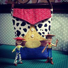 Porta fraldas inpirado no filme Toy Story.  Tamanho prático, a mamãe leva fraldinhas de boca e descartáveis , lenços umedecidos , mudinha de roupa e ainda leva o Woody e a Cindy para passear... Projeto, adaptação e execução By anefazendoarte.