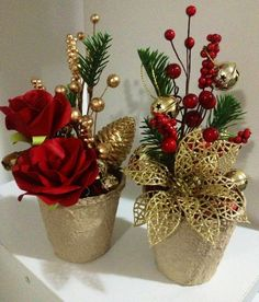 Elegant In Gold~ Christmas arrangements Christmas Flower Arrangements, Gold Christmas Decorations, Christmas Flowers, Christmas Tree Ornaments, Christmas Holidays, Christmas Wreaths, Floral Arrangements, Christmas Candles, Christmas Projects