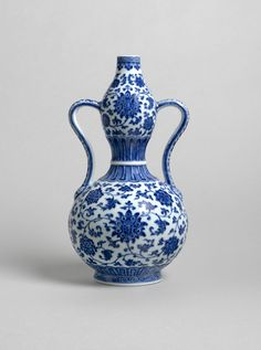 Underglaze blue porcelain double gourd vase. Qing dynasty, Qianlong mark and of the period, 1736-1795; height: 29.5 cm