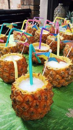 Completa la decoración de tu fiesta temática hawaiana con esta idea. Utiliza fruta y comida para crear una mesa de colores exóticos. #fiesta #hawaiana