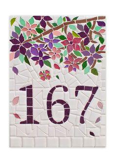 Numero feito em mosaico para residencia, apartamento, chacara, fazenda, sitio, fabricas... Tamanho A4 29x21, podendo ser feito em qualquer dimensão, tamanho ou formato diferentes. Encaminhe sua idéia que entraremos em contato o mais breve possivel. Mosaic Tray, Mosaic Tile Art, Stone Mosaic, Mosaic Glass, Glass Art, Mosaic Art Projects, Mosaic Crafts, Vitromosaico Ideas, Mosaic Garden Art