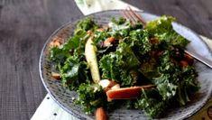 Grønkålssalat med ristede mandler & grøn pesto