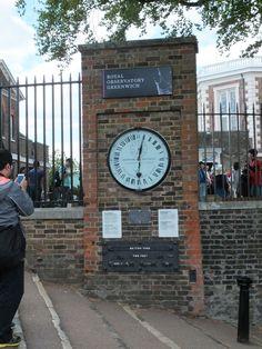 Vor dem Observeratorium in Greenwich am Null-Meridian