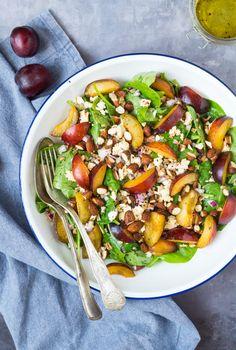 Skøn blommesalat med perlebyg og feta. Blommesalaten er toppet med soyaristede mandler og er serveret med en skøn olie-citron dressing.