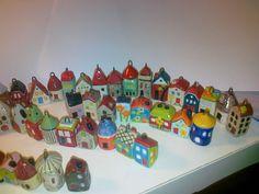 Keramikhäuschen als Schlüsselanhänger Ceramics, Ceramica, Pottery, Ceramic Art, Porcelain, Ceramic Pottery