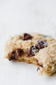 Healthy high protein snacks that are perfect for traveling! These homemade snacks have wholesome ingredients and are packed with fiber and protein. Chocolate Chip Cookies, Caramel Cookies, Chocolate Chips, Almond Chocolate, Delicious Chocolate, High Protein Snacks, Healthy Work Snacks, Healthy Treats, Protein Cookies