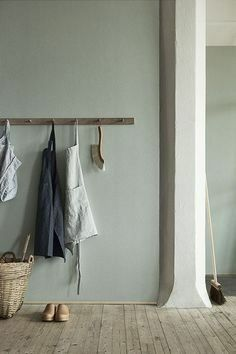 Natural Wonders: Linen Wallpaper from Boråstapeter (Remodelista: Sourcebook for the Considered Home) Estilo Interior, Interior Styling, Estilo Shaker, Linen Wallpaper, Interior Minimalista, Modern Traditional, Wall Colors, Bedroom Colours, Room Colors