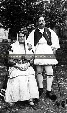 Αναμνηστική φωτογραφία, η οποία απεικονίζει τον δήμαρχο Τρικάλων Χρήστο Χατζιδάκη από το χωριό Περτούλι, μαζί με τη γυναίκα του. Οι δύο εικονιζόμενοι είναι ντυμένοι με σαρακατσάνικη ενδυμασία. Συλλογή Αστέριου Κουκούδη Greek Costumes, Across The Border, Bulgarian, Vintage Photography, Greece, Past, Memories, Pure Products, Traditional