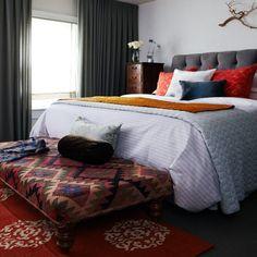 La alfombra roja, toques de gris y amarillo con azul oscuro