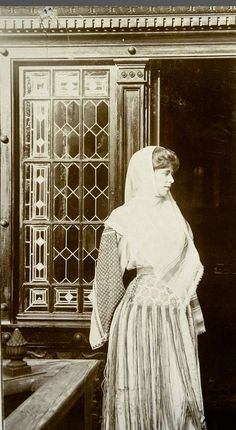 Regina Maria a României în costum popular - Queen Marie of Romania dressed in traditional costume Michael I Of Romania, Romanian Royal Family, Maud Of Wales, Timisoara Romania, Central And Eastern Europe, Time Photo, Queen Mary, Marie, Royalty
