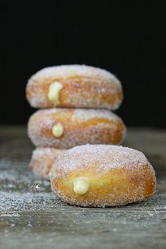 Donuts rellenos de crema Relleno, Doughnuts, Bread, Desserts, Food, Hamburger, Kitchens, Cooking Recipes, Tips