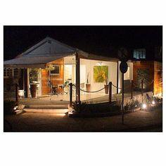 Esta casinha super fofa é um dos escritórios da @casadapraiaimoveis (nossos parceiros).  Para dar leveza ao projeto, usamos e abusamos da madeira, vidro e iluminação. O resultado foi um escritório super aconchegante e praiano. #szarquitetos #arquitetura #decoração #interiores