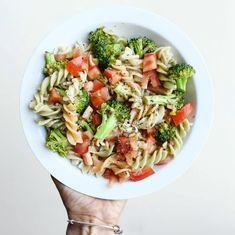 Pasta integral con brócoli, ajo y tomate y albahaca Healthy Food Options, Healthy Snacks, University Food, Salad Recipes, Vegan Recipes, Deli Food, Tasty, Yummy Food, Food Dishes