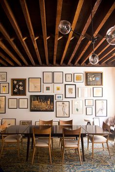 アートギャラリーの様に壁一面に敷き詰めたアートフレームが、お部屋全体を囲んでいます。中央には、木のぬくもりを全面に感じるモダンでナチュラルなファブリックを。絨毯もエレガントなお部屋作りのかなめです。