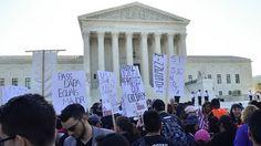 Theo chương trình ấn định vào ngày thứ Hai tuần này, Tòa án Tối cao sẽ lắng nghe những lập luận trong vụ kiện quan trọng về di trú, chống lại lệnh hành pháp của Tổng thống Obama, hoãn việc trục xuất gần 5 triệu di dân không có giấy tờ hợp lệ. Vụ kiện … #immigration #news #usa