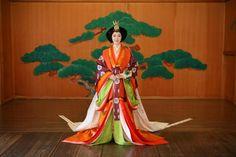 Jūnihitoe | 十二単(じゅうにひとえ)は部屋を与えられた女房が、目上の方の前に出る時に着た正装です。長袴をはき、単、五衣、打衣 表着、唐衣を着て、裳をつけて、桧扇(ひおうぎ)を持ちます。