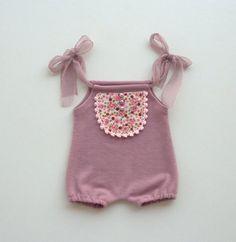 Querido romper recién hecho de tela de jersey rosa rosa con baberos de flores de color rosa y perlas color lilas para el uso de la fotografía por los fotógrafos. Disponible también en crema-amarillo aquí,